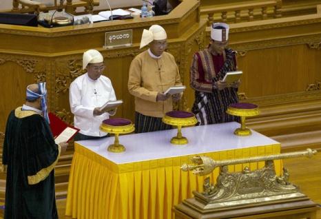 nghi-sy-myanmar-roi-nuoc-mat-trong-le-tuyen-the-nham-chuc-cua-tong-thong-htin-kyaw