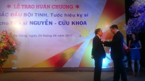 bac-si-nhuan-huan-chuong-cua-phap-1495668433555